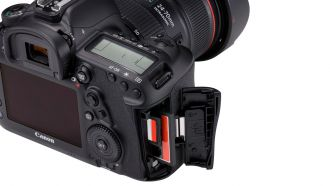 Canon EOS-5D-Mark-IV-Detail-Dual-card-slots-Beauty-02