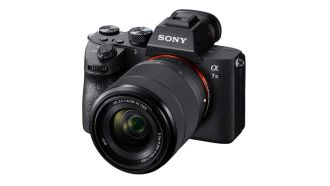 Sony a7III FE2870 right EU01
